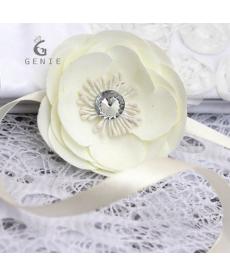 Květina na zápěstí pro družičku na svatbu