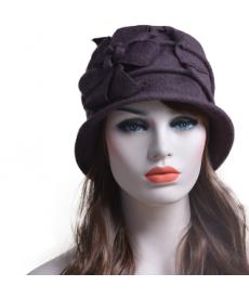 Dámský klobouk s květinovou aplikací