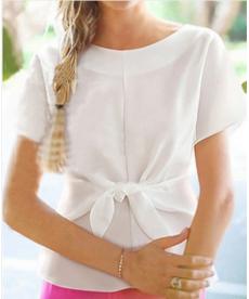 Elegantní dámská halenka doplněná o designový uzel