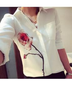 Bílá dámská halenka zdobená řůží