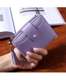 Malá dámská peněženka s trendy přívěskem