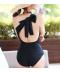 Elegantní černé jednodílné zavazovací plavky s velkou mašlí