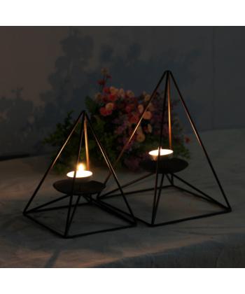Romantický svícen ve tvaru pyramidy
