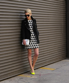 Černobílé trendy šaty s geometrickým vzorem